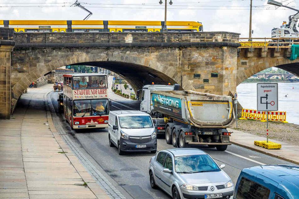 Die Busse der Stadtrundfahrt passen unter der Augustusbrücke durch. Für einen  Schwerlasttransport muss aber gebuddelt werden.