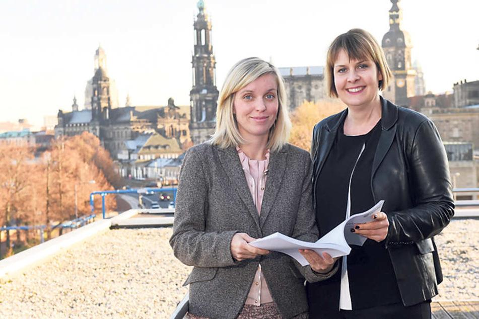 """Die Kulturpolitikerinnen Aline Fiedler (40, CDU, r.) und Hanka Kliese (36, SPD) sind dem Landtag mit ihrem""""Kulturergänzungshaushalt"""" aufs Dach gestiegen."""