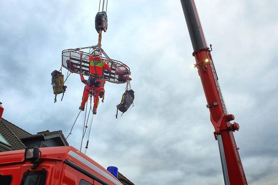 350-Kilo-Mann in Not: 40 Feuerwehrleute und Sanitäter rücken an!