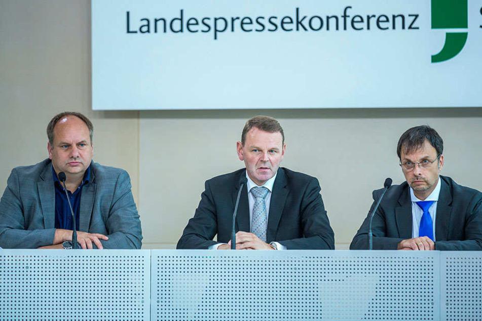 Im Juli 2016 gaben Oberbürgermeister Dirk Hilbert (FDP, l.),  Staatskanzlei-Chef Fritz Jaeckel und Steffen Zahn von der Deutschen Funkturm die  Studie in Auftrag.