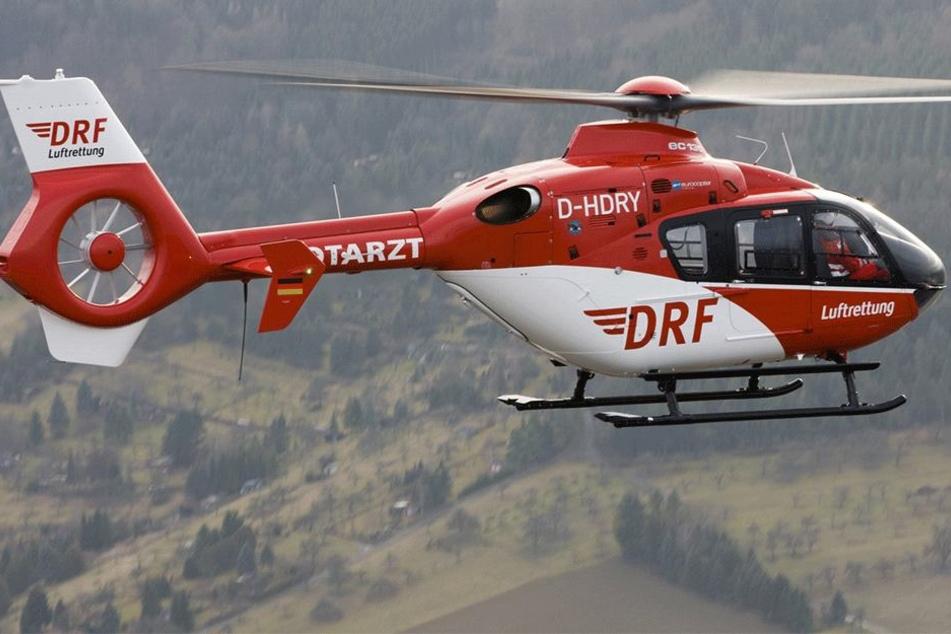 Per Rettungshubschrauber wurde das schwerverletzte Kleinkind (1) ins Krankenhaus geflogen (Symbolbild).