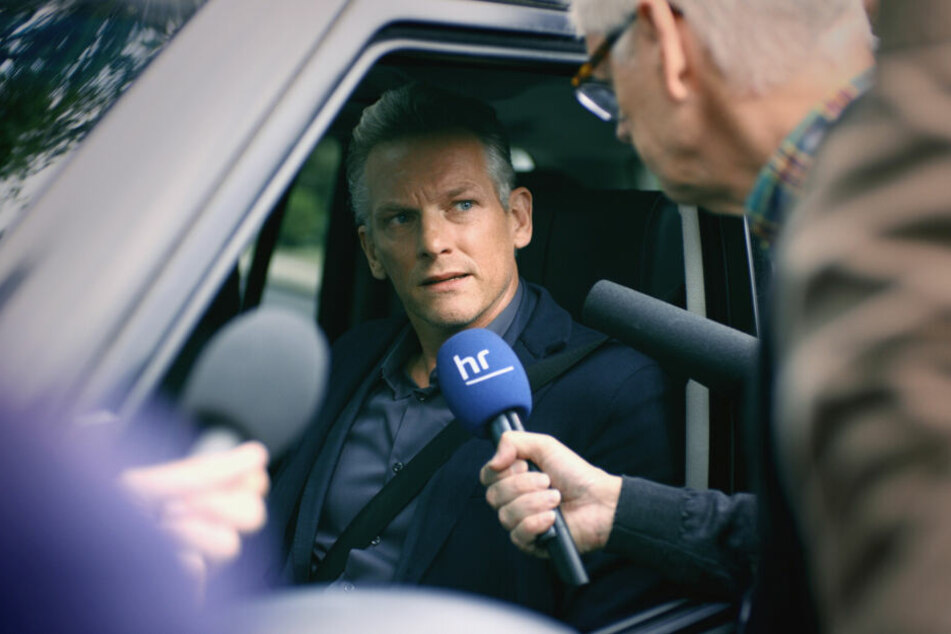 """Der Sohn des bekannten Talkmasters Maarten Jansen (gespielt von Barry Atsma) wird vom """"Monster aus Kassel"""" ermordet und zerstückelt."""