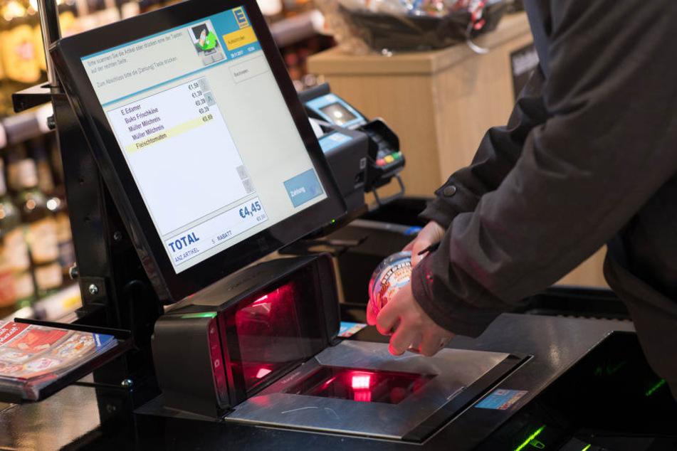 SB-Kassen kennen wir bislang nur von Ikea, Edeka (Foto) und Co.. Jetzt will auch Netto den Versuch starten.