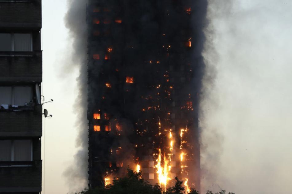 Die Einsatzkräfte versuchen, die Flammen unter ihre Kontrolle zu bringen.