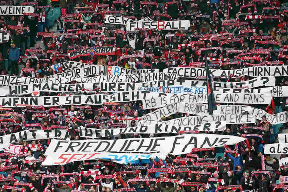 Während des Spiels gegen den HSV setzten sich Leipzig-Fans gegen Gewalt zwischen Fußball-Anhängern ein.