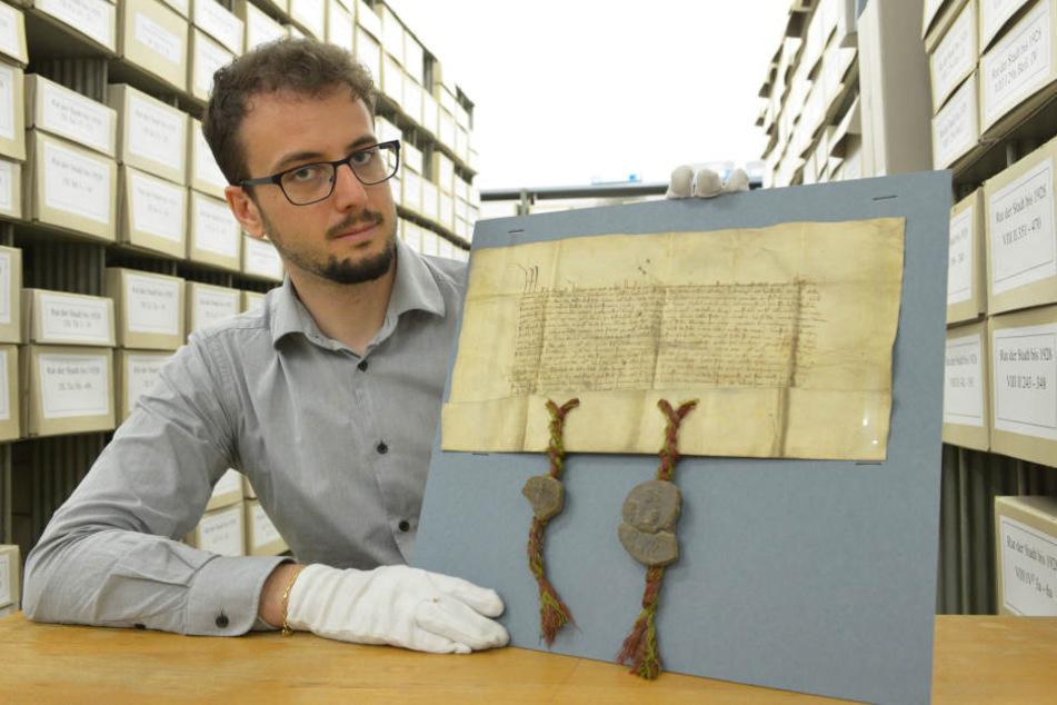 Herr der Urkunden: Der auch im Vatikan geschulte Stadtarchiv-Leiter Dr. Paolo Cecconi (34) zeigt die Verschriftlichung der Bleichprivilegien von 1357.