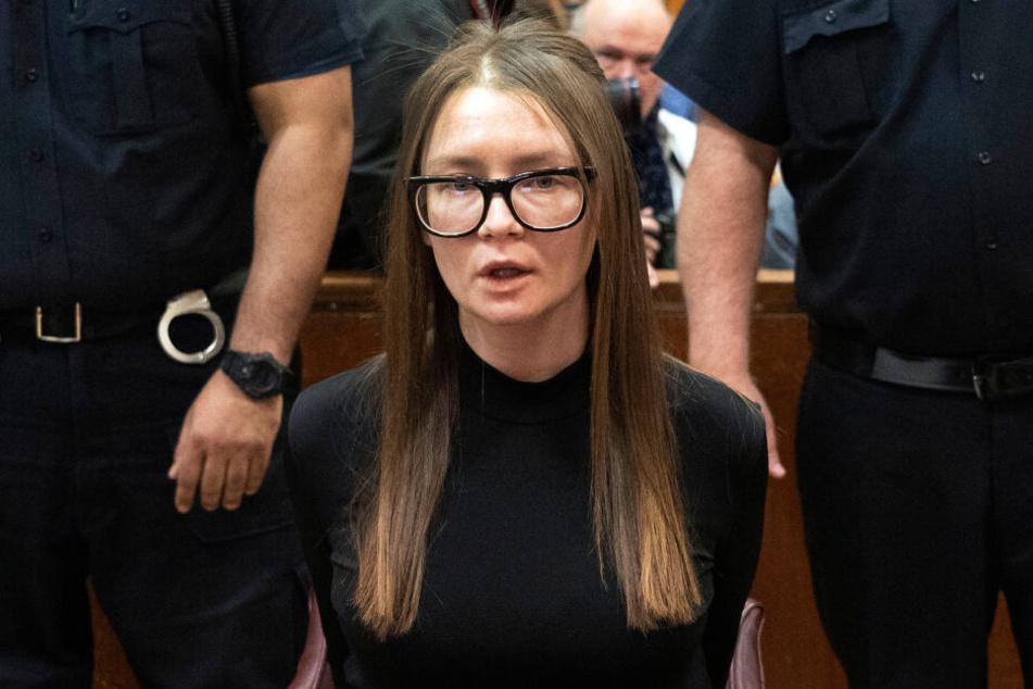 Anna Sorokin, Hochstaplerin aus Deutschland, sitzt bei der Urteilsverkündung in einem Gerichtssaal im höchsten Gericht des Bundesstaats New York.