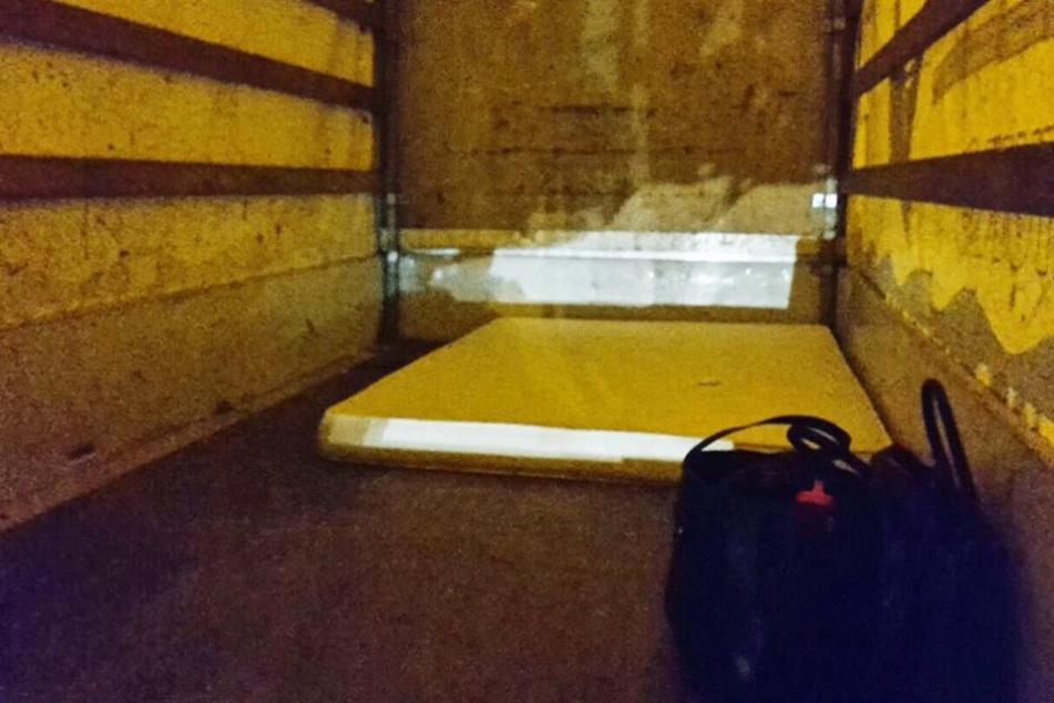 Auf dieser Matratze schliefen vier Kinder, als die Polizei die Ladefläche öffnete.