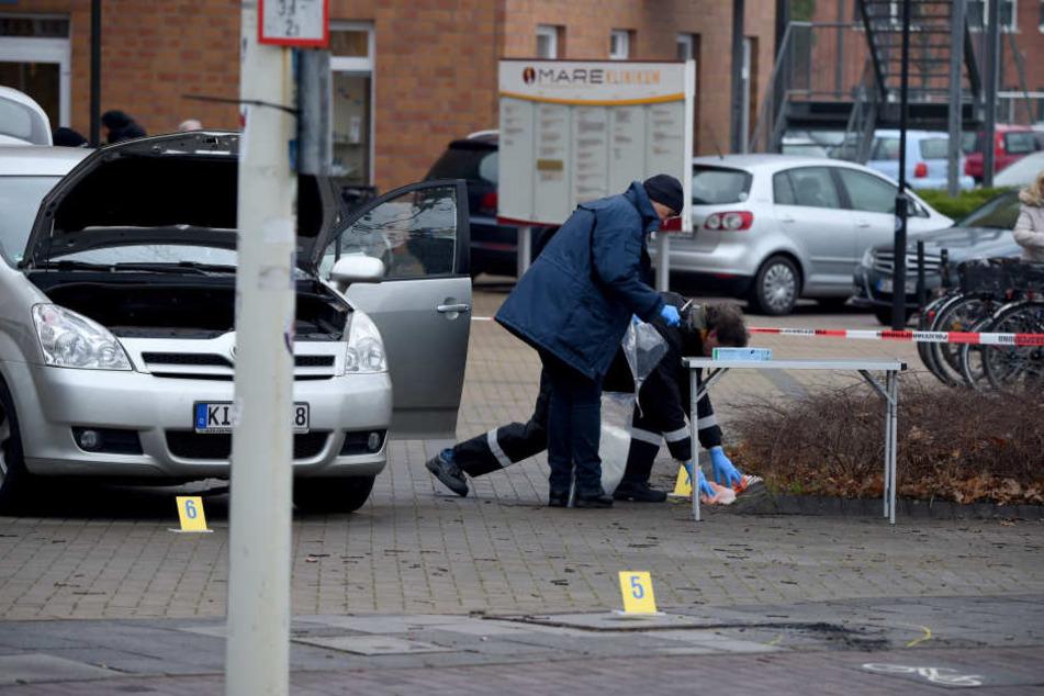 Das Opfer habe am ganzen Körper gebrannt und schwebe in Lebensgefahr, sagte ein Polizeisprecher.