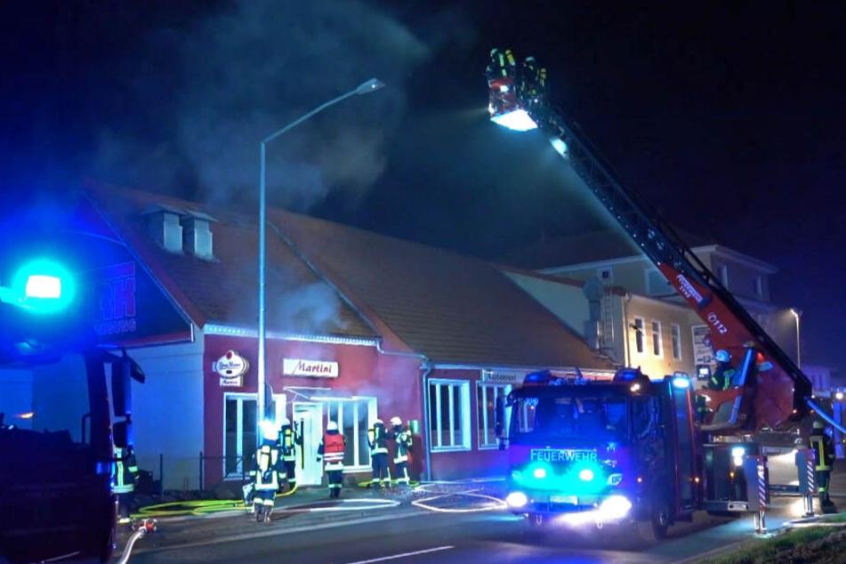Die Feuerwehr löschte den Brand in dem Restaurant.