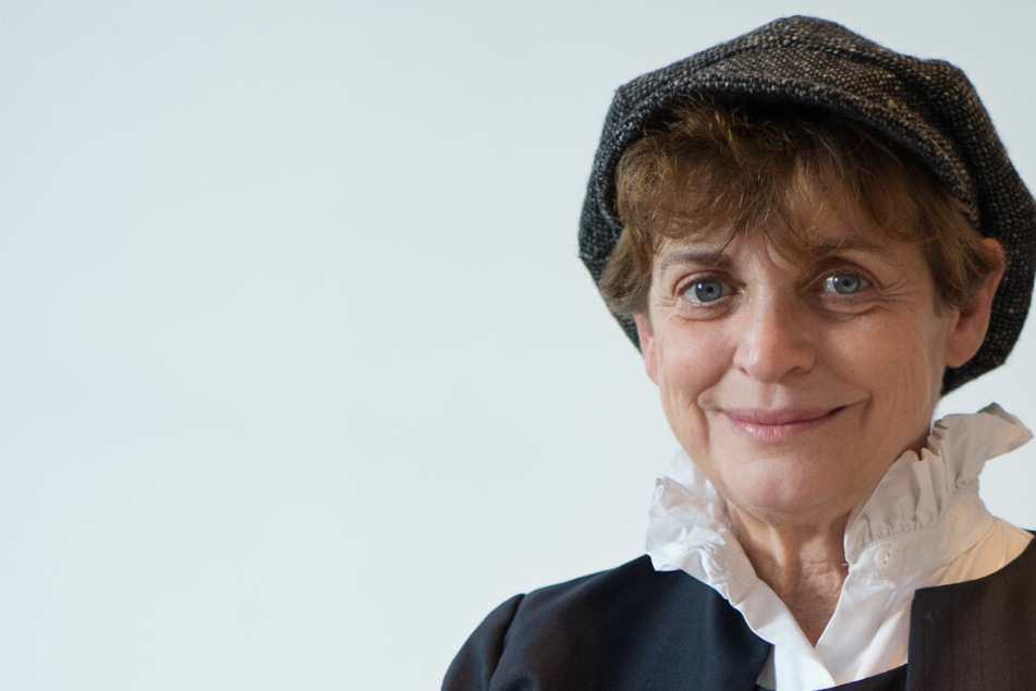Preisträgerin Katharina Thalbach lächelt vor der Verleihung des Jacob-Grimm-Preises in Kassel (Hessen).