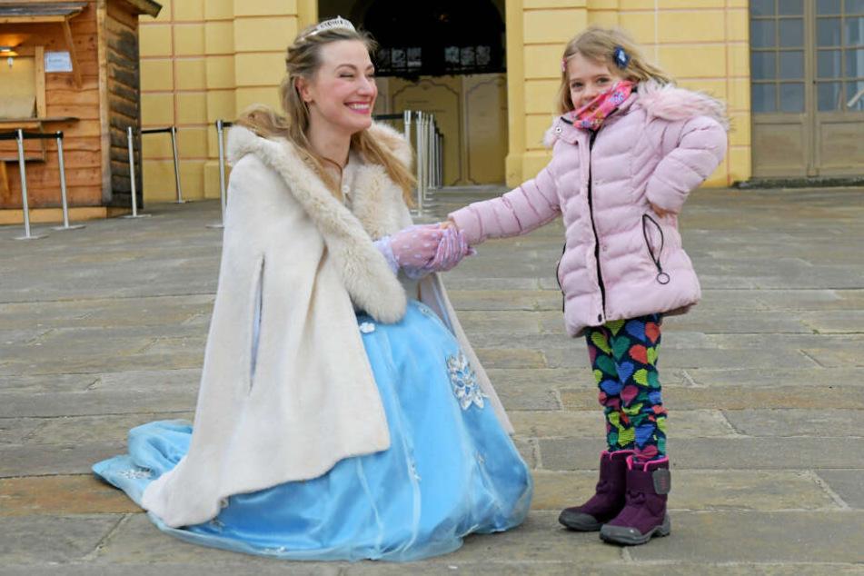 Schon vor der ersten Vorstellung begrüßt Aschenbrödel kleine Märchen-Fans wie Viktoria (4) vorm Schloss.