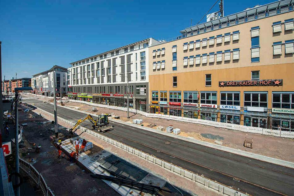 Der neue Boulevard an der Zentralhaltestelle Kesselsdorfer Straße nimmt Formen an. Die Gleise liegen bereits.