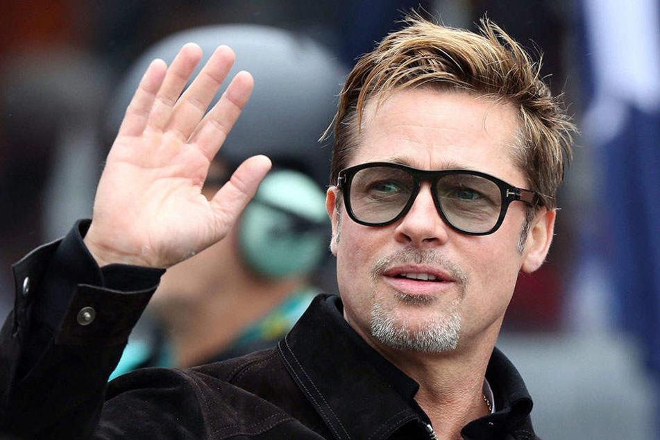 Brad Pitt legt seine Hände jetzt lieber an Lehm an.