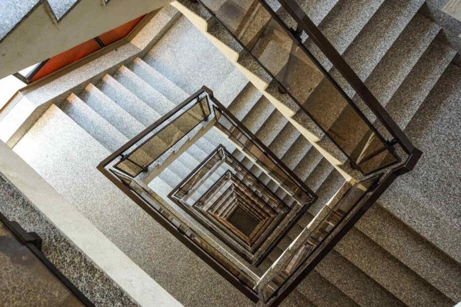 Täter bedrängt Mädchen in Treppenhaus, das schreit um Hilfe