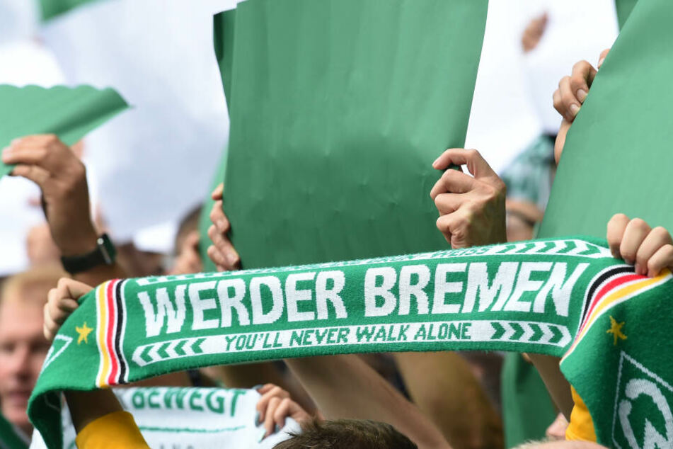 Fans vom FC Werder Bremen feuern ihre Mannschaft an (Symbolbild).