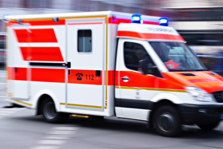 Mehrere Rettungsfahrzeuge sind im Einsatz (Symbolbild).