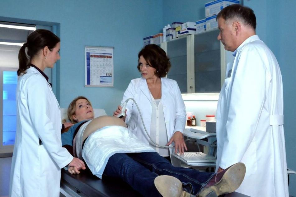Mit starken Schmerzen kommt die mit Drillingen schwangere Lilly Holzer in die Sachsenklinik. Dort wartet eine schlimme Diagnose auf sie. Die Überlebenschance von zwei Babys schwindet.