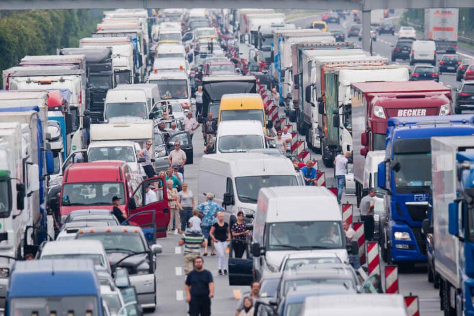 Immer wieder blockieren Autofahrer die Rettungsgasse und somit auch die Einsatzkräfte. (Symbolbild)