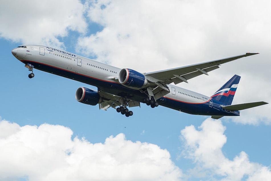 Die Flugbegleiter der Boeing 777 konnten den aufgebrachten Mann nicht beruhigen, sodass die Piloten zur letzten Möglichkeit greifen mussten. (Symbolbild)