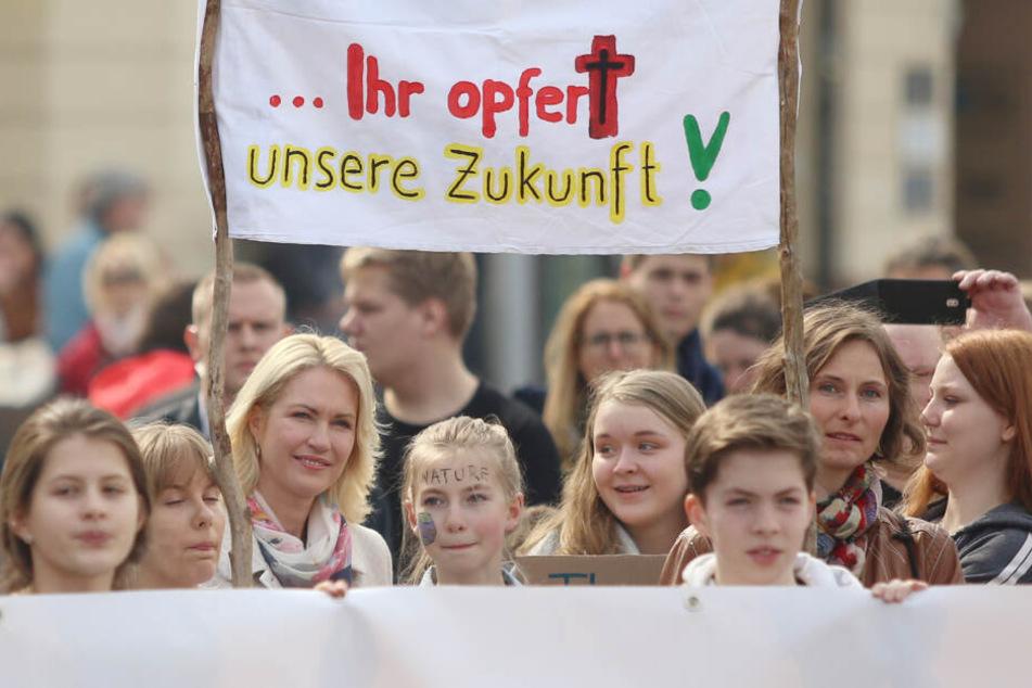 """Manuela Schwesig (SPD, 3.v.l.), Ministerpräsidentin von Mecklenburg-Vorpommern, hört bei einer """"Fridays for Future""""-Demonstration einem Redner zu."""