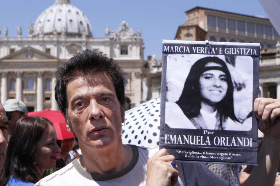 Der Bruder der vermissten Emanuela Orlandi hält ein Foto seiner auf mysteriöse Weise verschwundenen Schwester in den Händen.