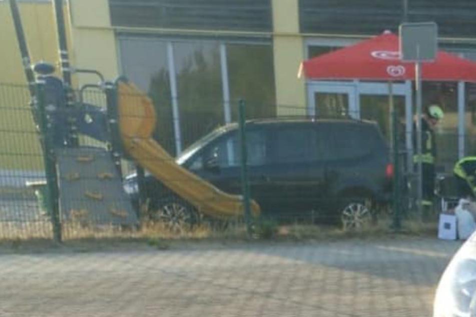 Erst neben einer gelben Rutsche kam der VW zum Stehen.