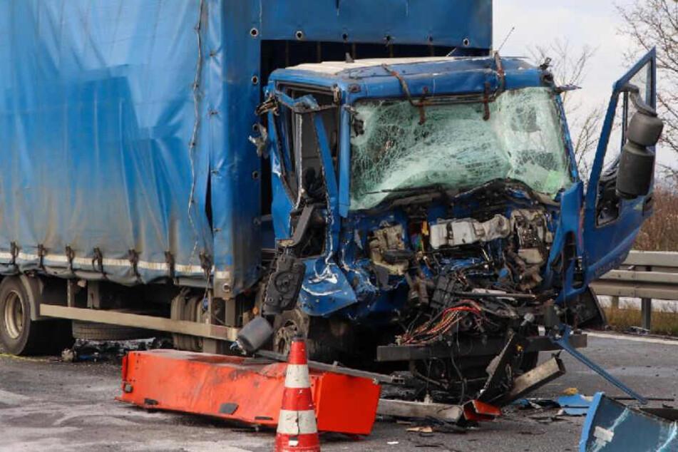 Unfall A3: Lkw knallt auf Sattelzug, der Fahrer stirbt