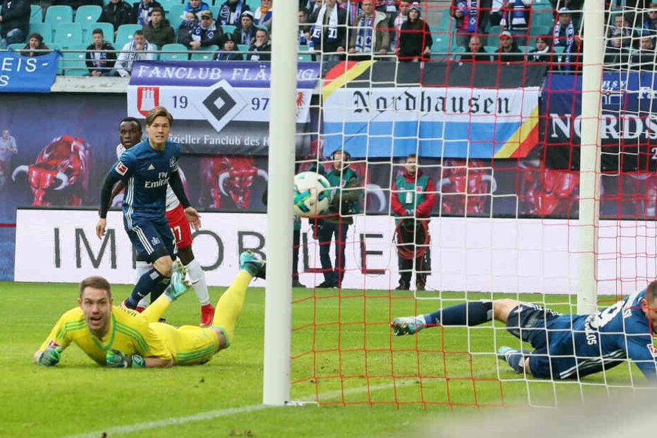 Ballgewinn, Pass, Flanke, Kopfball, Tor: Bruma (hinten links) schloss einen blitzschnellen Konter in der 9. Minute zum 1:0 für RB Leipzig ab.