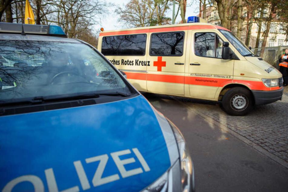 Fahrzeuge des Deutschen Roten Kreuzes (DRK) fahren unter Polizeischutz auf das Gelände der DRK Kliniken Berlin-Köpenick.