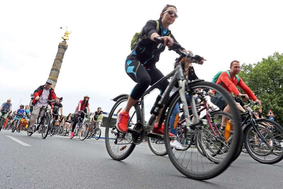Fahrradfahrer kommen bei der ADFC-Fahrradsternfahrt an der Siegessäule (2016).