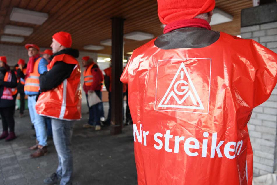 Die Tagesstreiks hatten am Mittwoch begonnen. Im Bild: Streikende bei ZF Friedrichshafen.