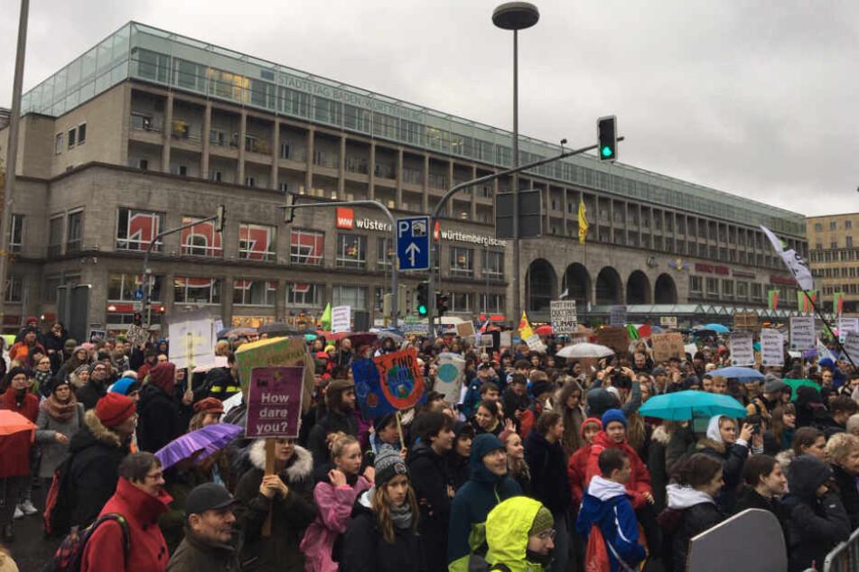 Demonstranten versammeln sich vor dem Stuttgarter Hauptbahnhof.