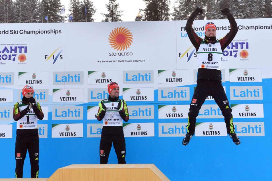Björn Kircheisen (r.) freut sich über seinen dritten Platz. Sieger Johannes Rydzek und Eric Frenzel verfolgen seinen Freudensprung.