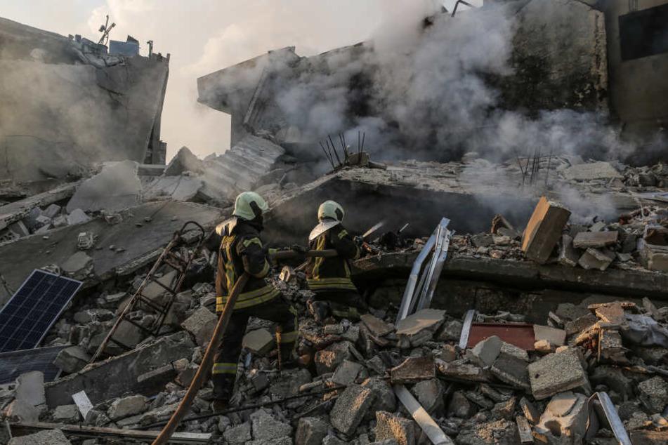 Bis heute gibt es stetig Angriffe in Syrien, die auch Zivilisten treffen. Darum ist eine Abschiebung in das Bürgerkriegsland bis heute nicht möglich. Hier zu sehen: ein Luftangriff auf die Stadt Idlib von Ende März 2019.