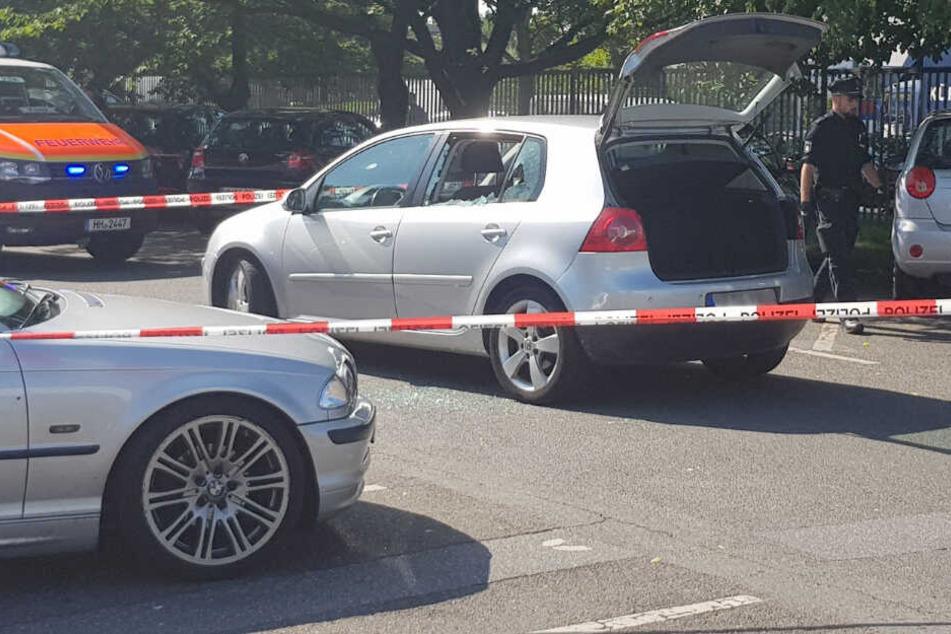 Die Scheiben am Auto waren zerstört, die Polizei sicherte den Tatort ab.