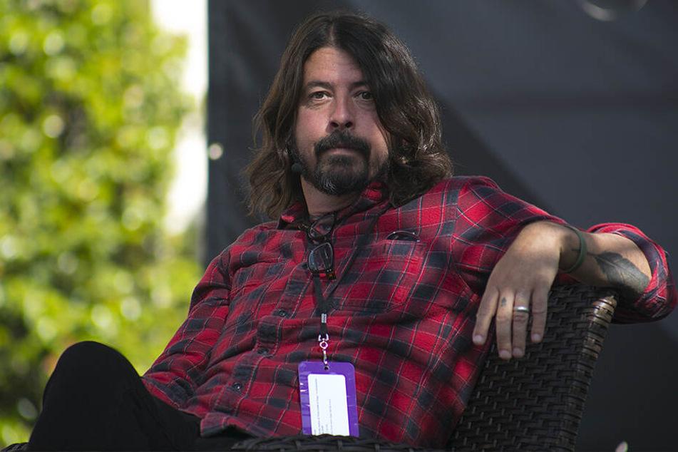 Der Sänger der US-Band Foo Fighters, Dave Grohl, kippte gleich beim ersten Konzert der Band in diesem Jahr von der Bühne.