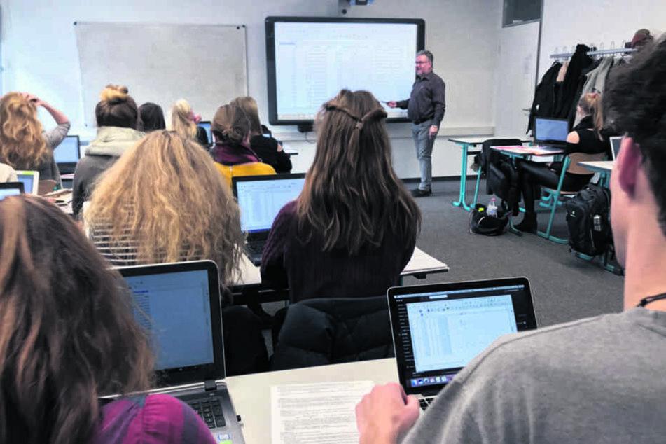 Die Sebnitzer Oberschüler sollen auch lernen, wie sie Informationen im Internet recherchieren. Auch Grafiken und Weltkarten lassen sich auf den Tablets besser darstellen, als an der Tafel.