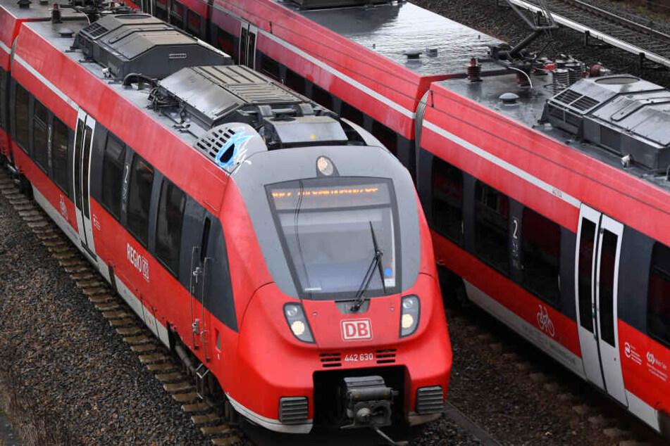 Züge der Bayerischen Regiobahn wurden durch die Steine beschädigt. (Symbolbild)