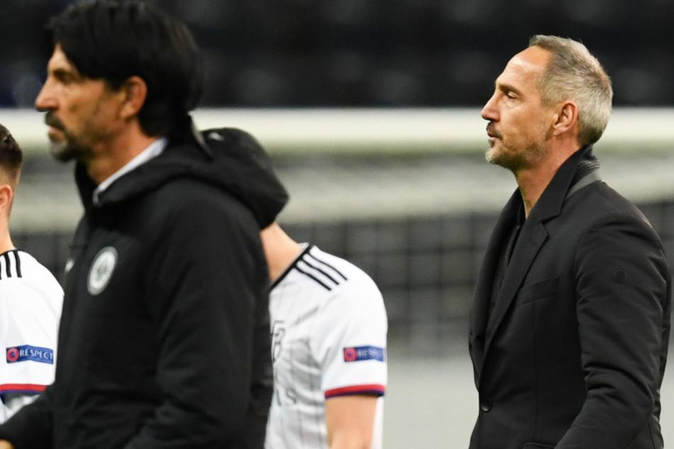Frankfurts Cheftrainer Adi Hütter (rechts) geht nach der 0:3-Niederlage vom Platz.