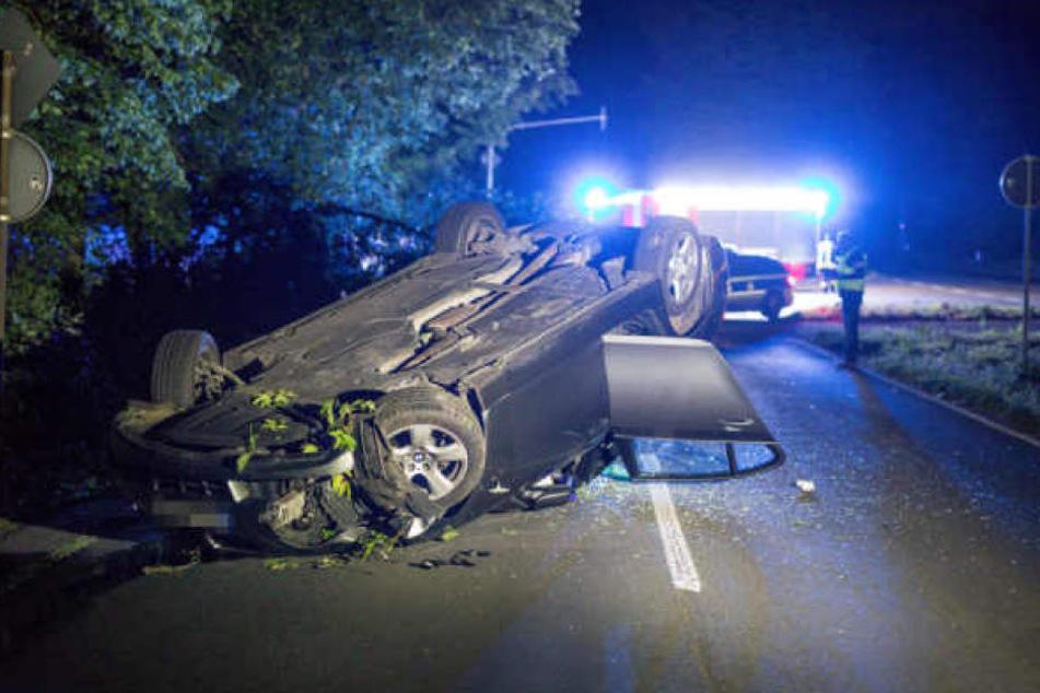 Das Auto der Zivilfahnder hatte sich bei dem Unfall überschlagen.