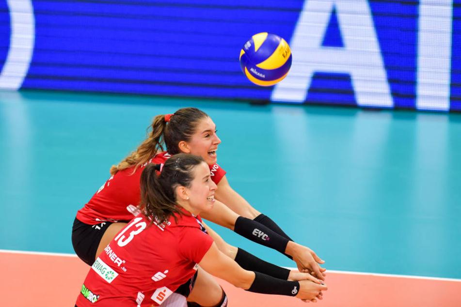 Maria Segura (vorn) und Nikola Radosova hatte nicht nur in der Annahme, sondern auch im Angriff Probleme.