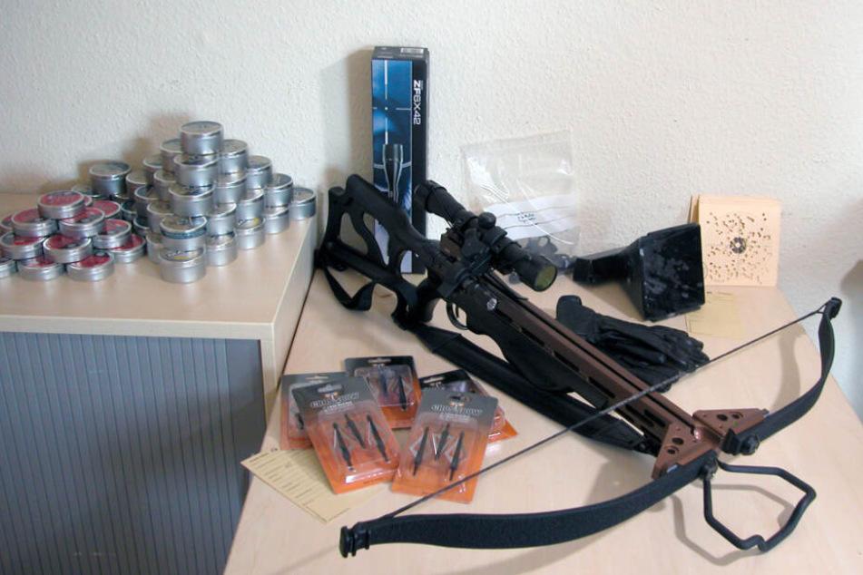 Die Polizei stellte in einem anderen Fall eine Armbrust eines Tierquälers sicher. (Symbolbild)