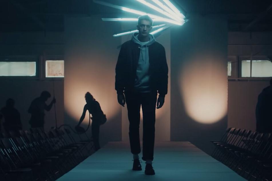 """Er hat sich nie was aus teuren Klamotten gemacht: Felix Kummer in seinem neuen Video """"Wie viel ist dein Outfit wert""""."""
