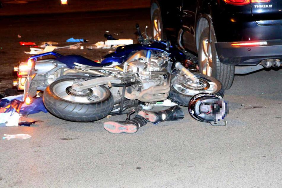 Motorrad kracht in Auto: Fahrer tot!