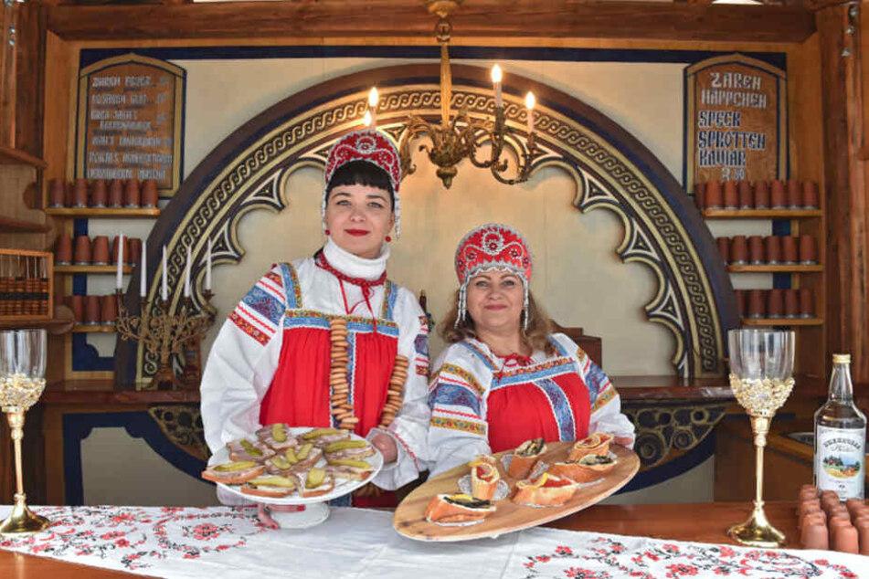 """Ludmilla (34, l.) und Ljudmila (45) sind mit ihrer """"Russischen Taverne"""" erstmalig bei der Mittelalter-Weihnacht im Stallhof vertreten."""