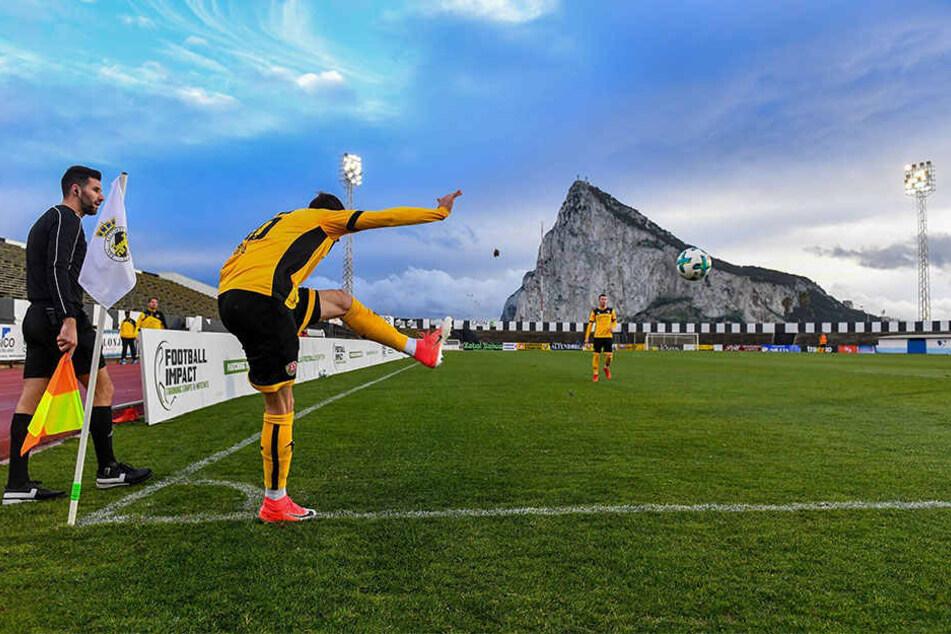 Ein Hauch von englischer Luft. Philip Heise tritt die Ecke bei einem Testspiel vor dem Affenfelsen von Gibraltar - ein britisches Überseegebiet an der Südküste Spaniens.