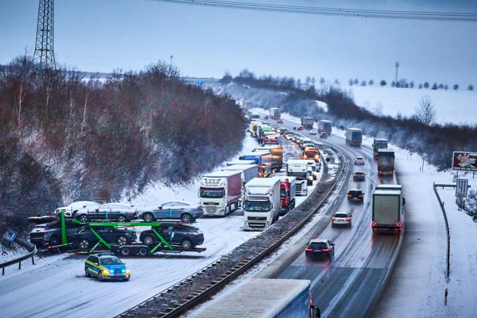 Durch Schnee und Glätte stellte sich ein Lkw auf der A17 quer.