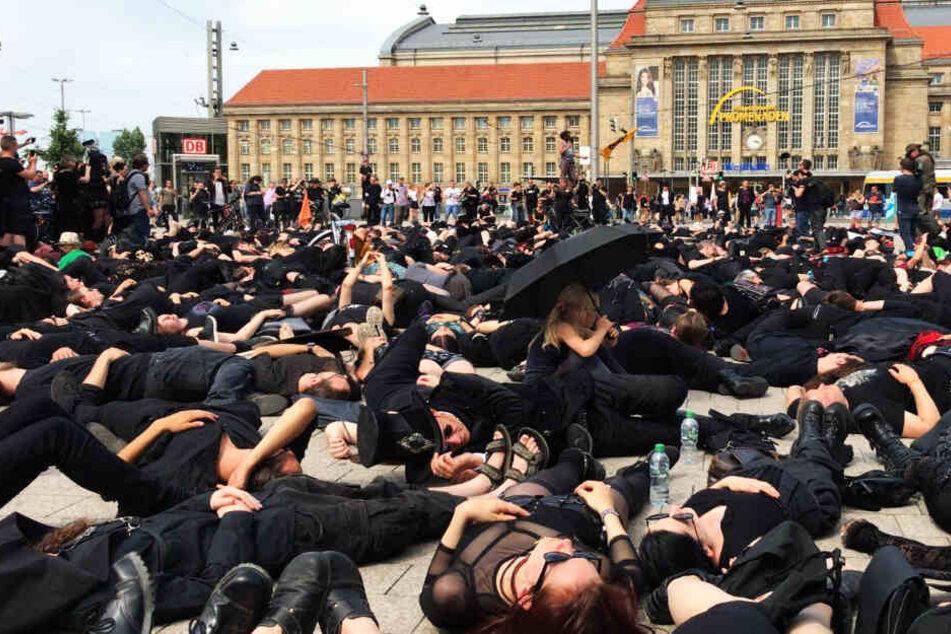 Auf dem Willy-Brandt-Platz endete die Demo mit einem Die-In.