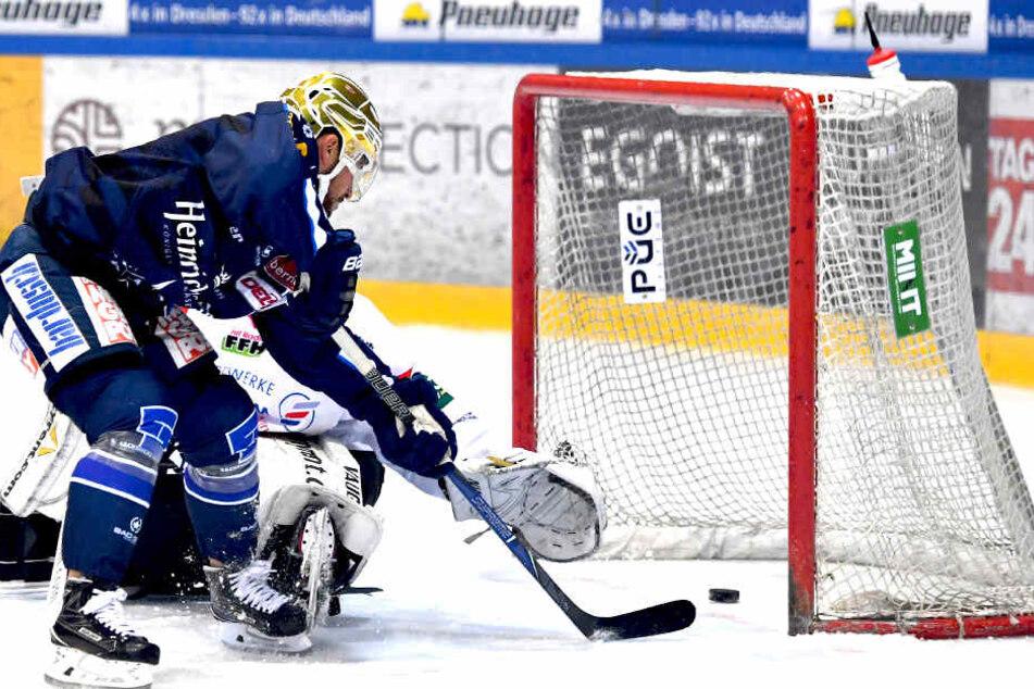 Nick Huard (#40, Dresden) trifft gegen Goalie Felix Bick (Nauheim).
